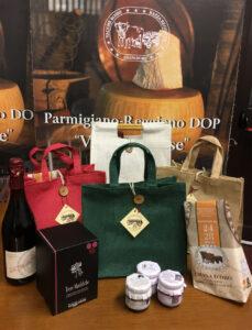 Confezioni regalo in juta Cesto regalo con parmigiano Reggiano DOP vacche rosse Grana d'Oro e altri prodotti tipici